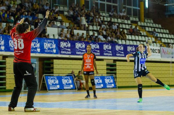 Isabelle Medeiros lanza un penalti frente a Merche Castellanos. Málaga vs Bera Bera. Temporada 2018 - 2019. Carranque. Foto de Iso100 Photo Press