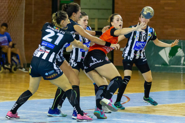 Gandulfo, Sole, Agustina y Emma se fajan en defensa frente a Bera Bera. Málaga vs Bera Bera. Temporada 2018 - 2019. Carranque. Foto de Iso100 Photo Press