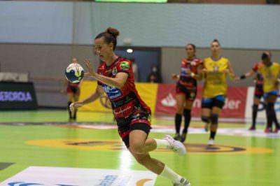 Silvia Arderius en contrataque contra el Rocasa Gran Canaria. Copa de la Reina 2019-2020.